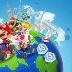 Varios personajes de Mario Kart Tour sobre el planeta en sus respectivos vehículos