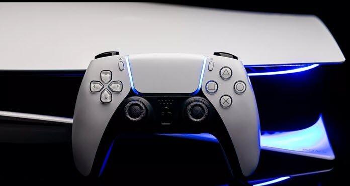 Una PS5 y un DualSense en un fondo negro
