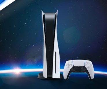 Una PS5 y un DualSense con un cielo estrellado al fondo adornado con el logo de PlayStation