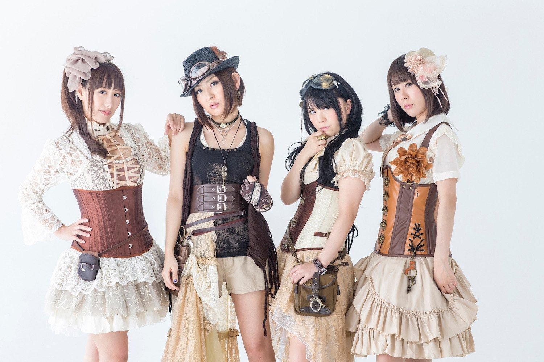 Fotografía de la agrupación Sweet Arms posando para la cámara en un fondo blanco.