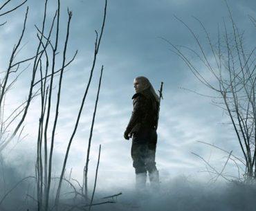 Geralt de Rivia en medio de un pantano lleno de bruma