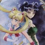 Imagen promocional de 'Bishoujo Senshi Sailor Moon Eternal Movie' con Sailor Moon y la reina Nihille espalda contra espalda mientras al fondos se ve un espejo.
