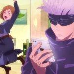Imagen tomada de los cortos de 'Jujutsu Kaisen' con el maestro viendo su teléfono y su alumna saltando por los aires mientras al fondo se ve un café.