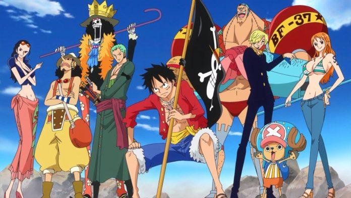 Imagen tomada del anime 'One Piece' con los protagonistas posando en fila y al fondo se ve el cielo azul.