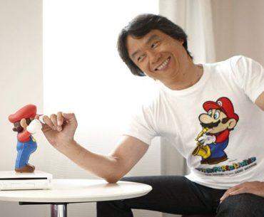Shigeru Miyamoto junto a una figura de Mario Bros