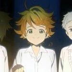 Imagen tomada del anime de 'Yakusoku no Neverland' con los tres Protagonistas parados lado a lado y sonriendo a la cámara mientras emma sostiene una lámpara y al fondo se ve el cielo de noche.