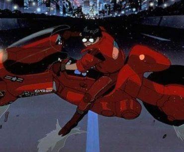Imagen tomada de la cinta Akira, con Kaneda deteniéndose en mitad de la carretera y mirando hacia la.camara.