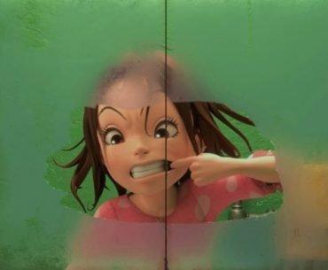 Imagen de aya haciendo caras a través de una ducha con puertas transparentes en un fondo verde.