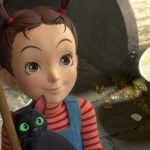 Imagen tomada del tráiler de Aya to Majo, con aya sosteniendo un gatito negro con una sonrisa en el rostro.