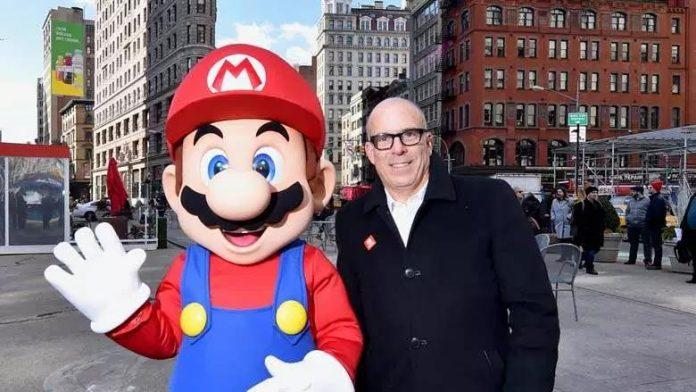Doug Bowser, presidente de Nintendo of America, junto a una persona disfrazada de Mario en medio de las calles de Nueva York