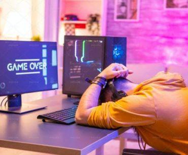 Un gamer frustrado frente a su computador
