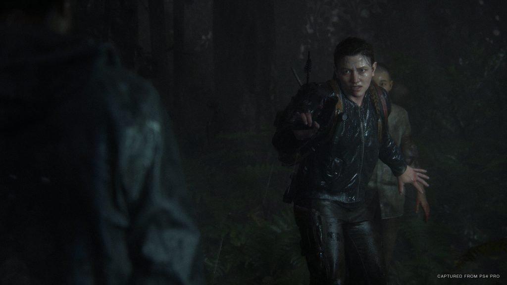 Abby apunta a sus enemigos con un arma.