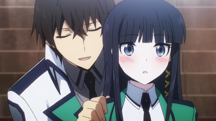 Imagen tomada del anime de 'Mahouka Koukou no Rettousei' con los hermanos shiba en el.centro mientras el hermano mayor toma del hombro a la hermana menor quien pone expresión de sorpresa.