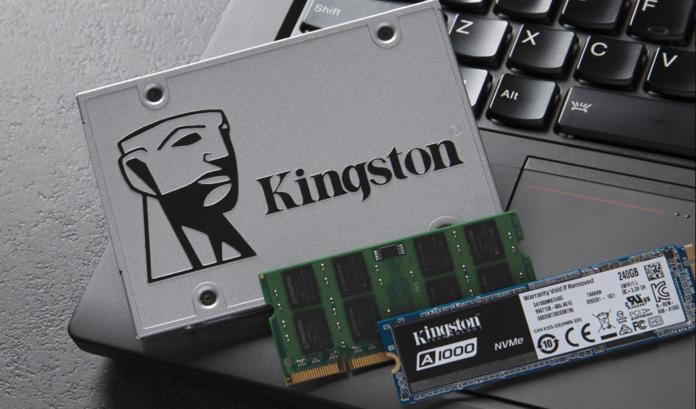 SSD y memoria RAM sobre una laptop.
