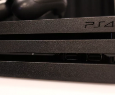 Plano cercano de la PS4 Pro.