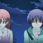 Imagen tomada del anime Tonikawa mostrando a Nasa y Tsukasa miendo un bollo de cerdo mientras caminan bajo la luz de las estreas.