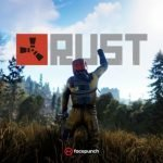 Personaje de Rust alzando el puño en señal de victoria frente al logo del juego, en un fondo boscoso en medio del día