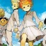 Imagen tomada del manga de 'Yakusoku no Neverland' con Emilia rodeada de los niños de Grace Field House mientras al fondo se ve el cielo azul.