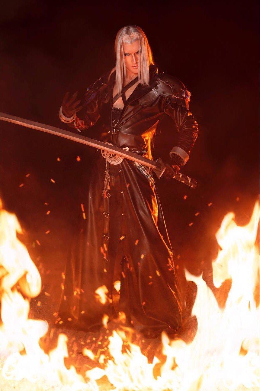 Fotografía del cosplayer Leon Chiro haciendo de Sephiroth de 'Final Fantasy Dissidia NT' en pose de batalla en un fondo de llamas.