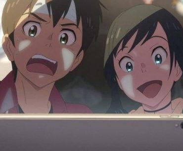 Imagen tomada del anime 'Tenki no Ko' disponible en HBO Max con los protagonistas frente a la pantalla de una laptop.