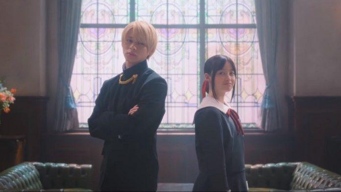 Imagen tomada de la cinta live action 'Kaguya-sama wa Kokurasetai: Tensai-tachi no Renai Zunousen' con los protagonistas dándose la espalda en el salón del concejo estudiantil.