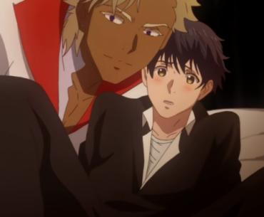 Imagen del anime 'Kyojinzoku no Hanayome' con uno de los protagonistas cargando al otro mientras miran a la camara en un fondo negro.