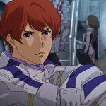 Imagen tomada del tráiler de 'Mobile Suit Gundam: Hathaway's Flash' con un primer plano del Lame deedio lado mientras mira directo a la cámara y al fondo se ve una sala con asientos y sus compañeros pilotos.