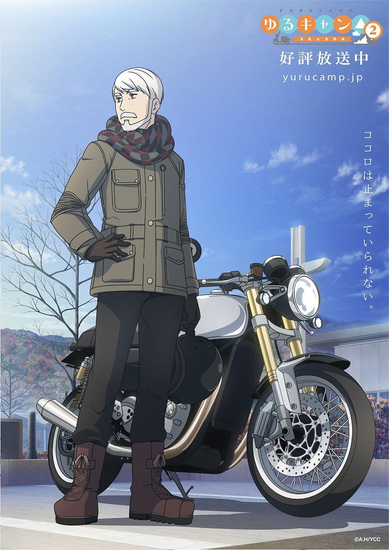 Imagen promocional de 'Yuru Camp△' con el abuelo de Rin parado frente a su mutosicleta.