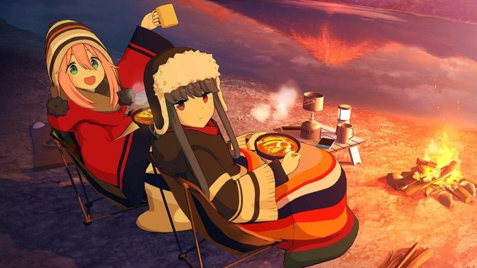 Imagen. Promocional oficial de 'Yuru Camp△' con las protagonistas dándole la espalda a la camaraienttas comen una comida y chocolate caliente y vuelta por sobre el hombro a la luz de la fogata.