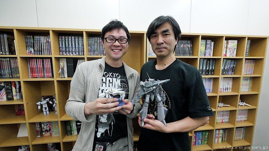 Shoji Kawamori (derecha) junto a un fan.