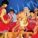 Imagen tomada del anime 'Slam Dunk' con todo el equipo de baloncesto descansado en el banco de los vestidores en un fondo azul.