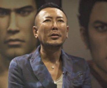 Toshihiro Nagoshi frente a los personajes de Yakuza