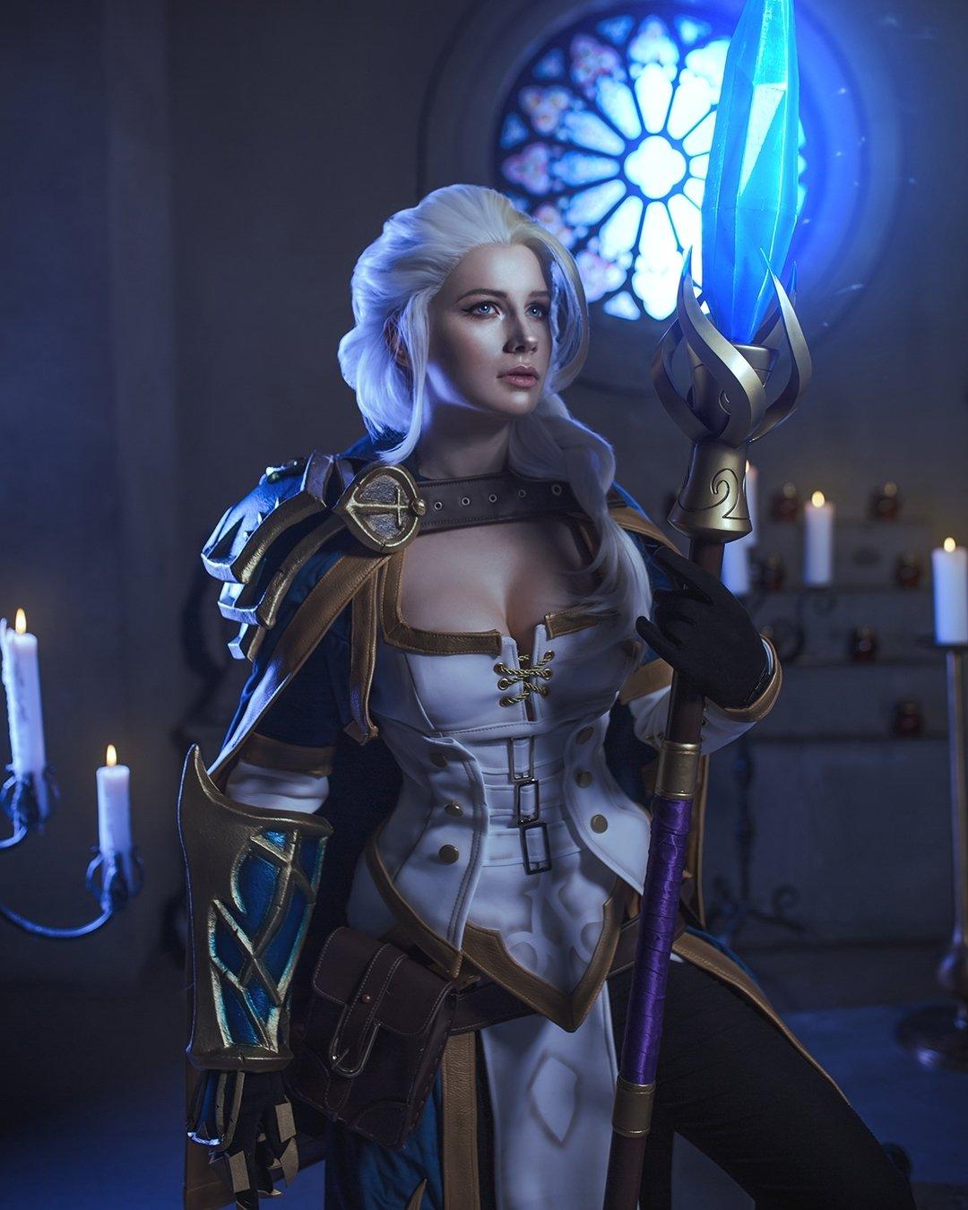 Fotografía de la cosplayer Kristina haciendo de Jaina de 'World of Warcraft' posando en diagonal con la.mirada perdida hacia la derecha mientras sostiene su cetro con la mano izquierda en una habitación ilumanada tenuemente en azul.