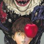 Portada de 'Death Note Short Stories' con el protagonista con cara de espanto mientras Ryuk a sus espaldas sostiene una manzana a la altura de sus ojos.