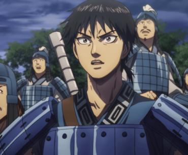 Imagen tomada del anime 'Kingdom' con un primer plano del protagonista y su ejército con expresión de sorpresa.