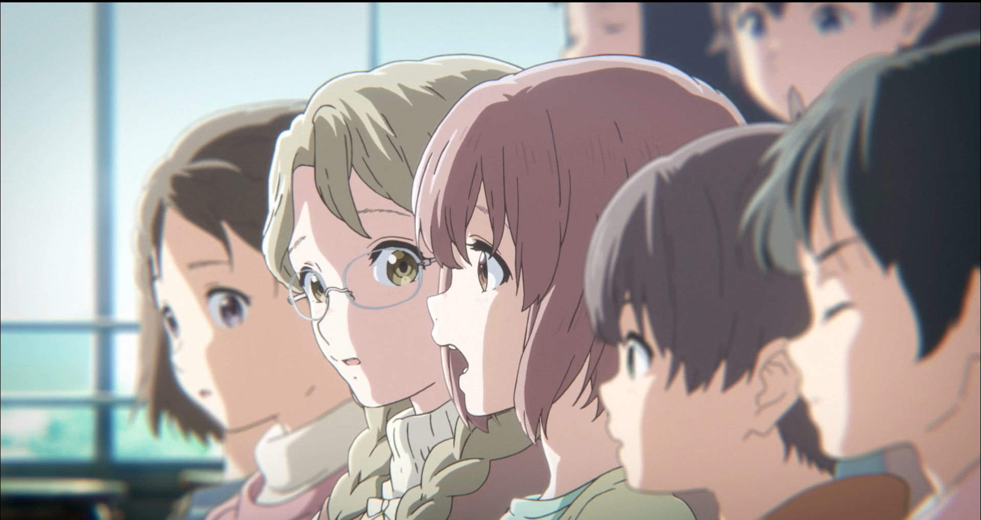 Imagen tomada del anime 'A Silent Voice' con la protagonista de perfil en fila con sus compañeros de clases.
