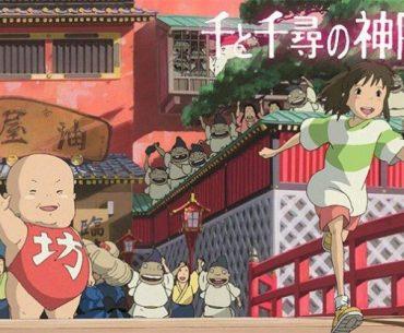 Poster promocional de Sen to Chihiro no Kamikakushi, con Chihiro corriendo alegre siendo despedida por los habitantes de las aguas termales