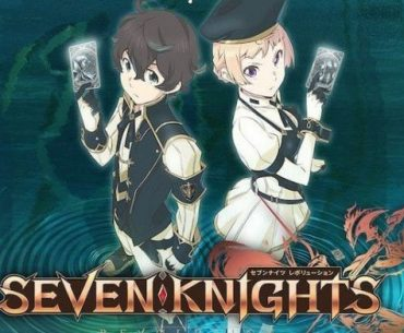 Imagen promocional de 'Seven Knights Revolution' con los protagonistas espalda con espalda mientras sostiene una carta plateada entre sus manos y miran a la cámara.