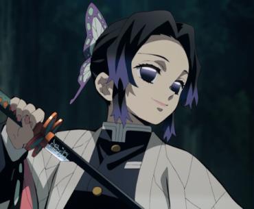 Imagen tomada del anime 'Kimetsu no Yaiba' Shinobu Kocho mirando hacia la derecha mientras sostiene su Katana.
