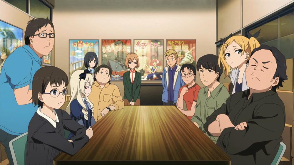 Imagen tomada del anime 'Shirobako' con todo el equipo de Musashino sentados en una reunión de equipo alrededor de una larga mesa.