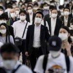 Fotografía tomada en las calles de Tokio, Japón , con una gran cantidad de personas transitando por la calle.