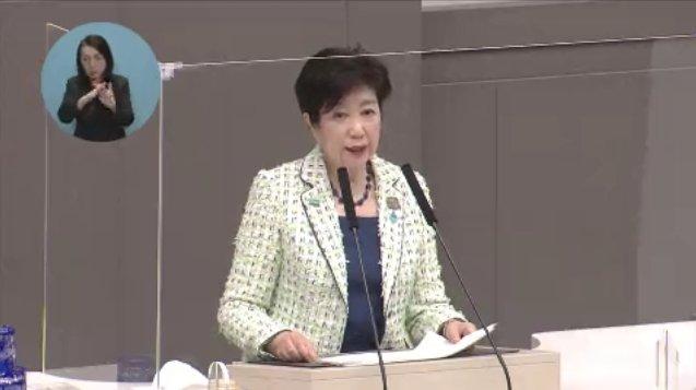 Foto de Yuriko Koike, gobernadora de Tokio, declarando en la Dieta que se rehúsa a aplicar restricciones legales con respecto al tiempo de juego de sus ciudadanos