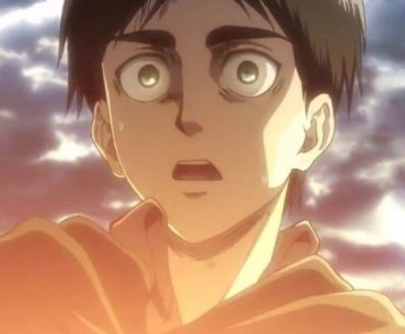 Imagen tomada del anime de 'Shingeki no Kyojin' con un primer plano de eren con cara de sorpresa.