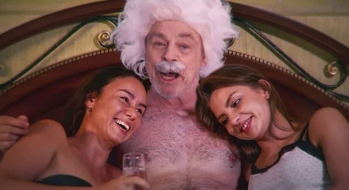 Mark Hamill en el papel de Albert Einstein