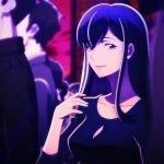 Imagen tomada del anime Babylon con la.antagonista mirando a la cámara mientras a su alrededor hay varias personas paradas.