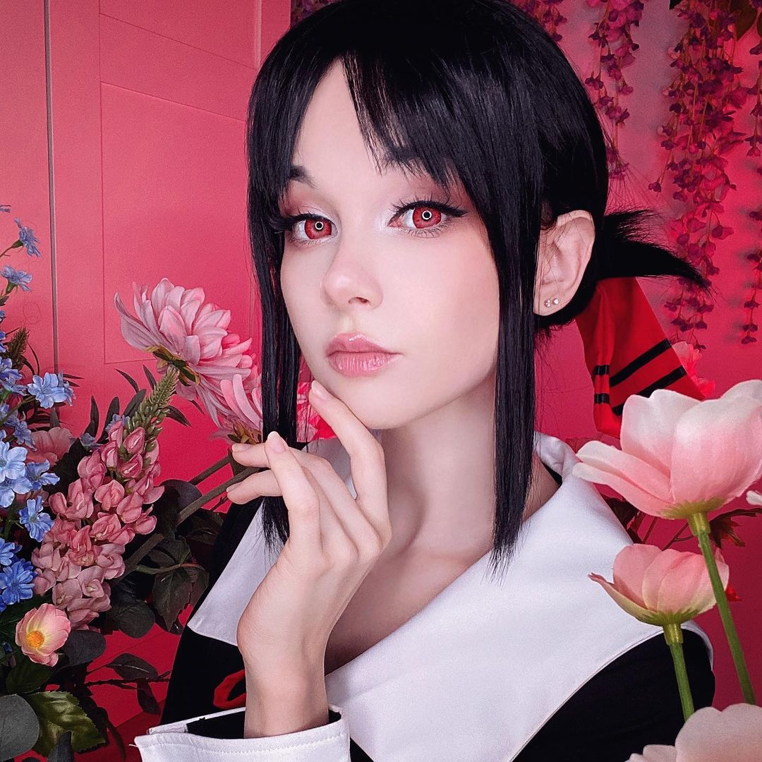 Fotografía de la cosplayer Ays mostrando un primer plano de ella como Kaguya Shinomiya.