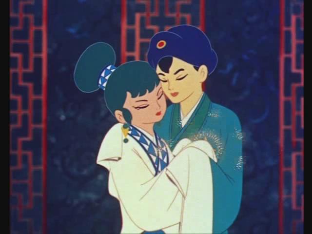 Imagen tomada de la cinta 'Hakujaden' con los protagonistas abrazados con los ojos cerrados