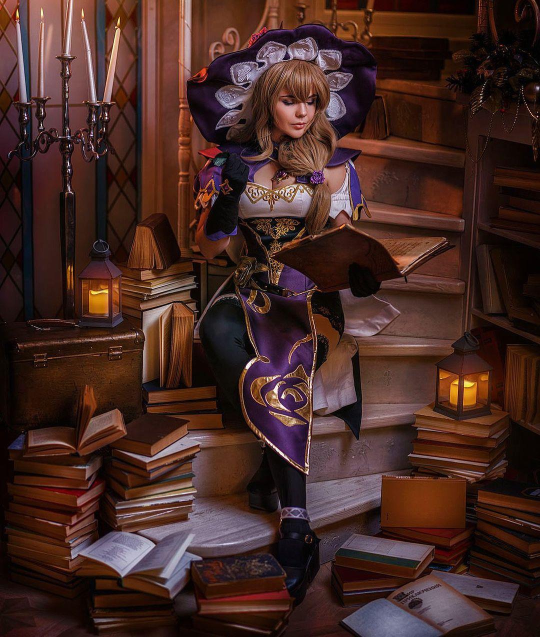 Fotografía de la mercancía de Fenindom Cosplay Agency mostrando el cosplay de Lisa de 'Genshin Impact'.