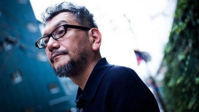 Fotografía de Hideaki Anno desde un ángulo bajo.