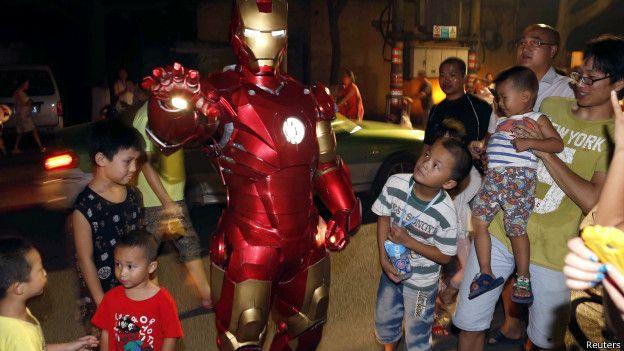 Iron Man rodeado de niños en su presentación en Indonesia